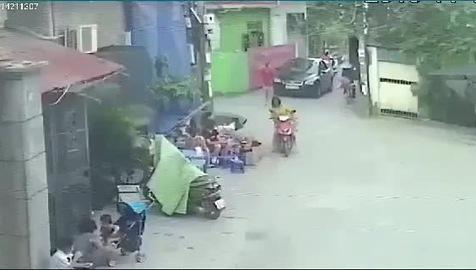 Chiếc xe điên lao vào người đi đường cùng quán nước.