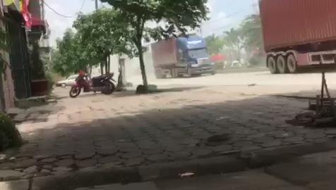 Khói bay mù mịt trên QL 18 đoạn qua phường Thanh Sơn