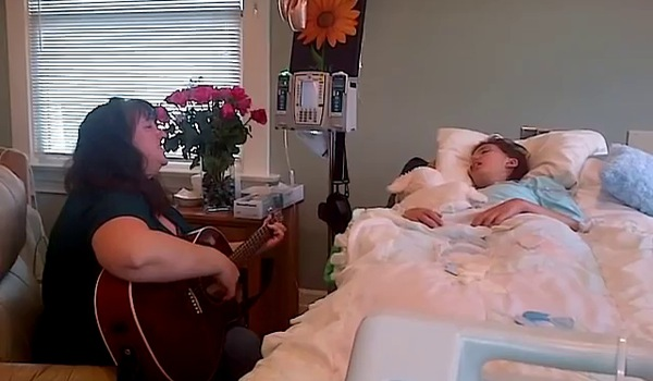 Video mẹ Lindsey hát