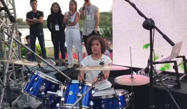 """Con trai của cầu thủ gốc Brasil tiếp tục gây sốt với tiết mục chơi trống và DJ tại """"Tuần lễ thời trang thiếu nhi Việt Nam 2017"""""""