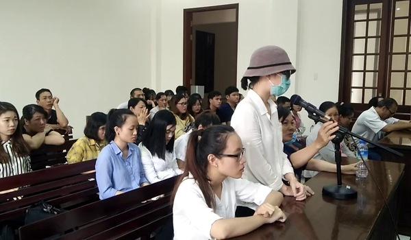 Nữ sinh bị tạt axit mù mắt xúc động xin tòa khoan hồng cho hai bị cáo