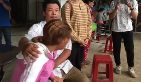 Chị Hoa bật khóc nức nở khi thi thể được vận chuyển ra xe về quê an táng.