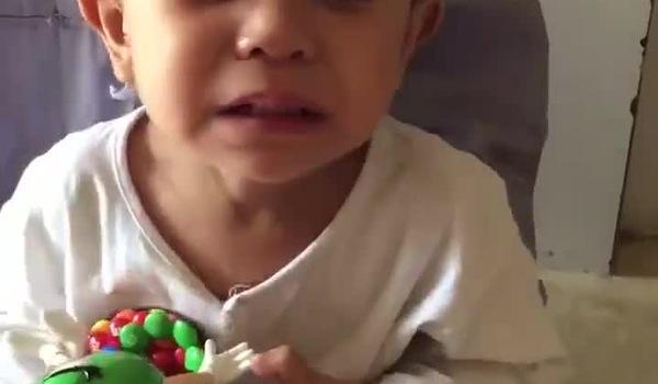 Bé trai 3 tuổi khóc ngất vì nhớ mẹ sau khi bị bỏ rơi trước cổng chùa.