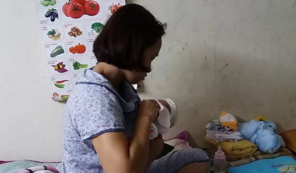 Chị Hoàng Thị Ly Hòa kể lại quá trình bé gái bị mẹ bỏ rơi