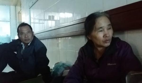 Người nhà của một bệnh nhân đang chờ cơ quan chức năng khám tử thi nạn nhân, chia sẻ với PV