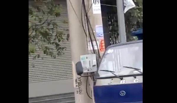 Clip bé trai khoảng 5-6 tuổi điều khiển xe tải chạy phăng phăng trên đường