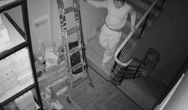 Tên trộm bình tĩnh bước xuống tầng dưới thăm dò nhưng phát hiện có tiếng động