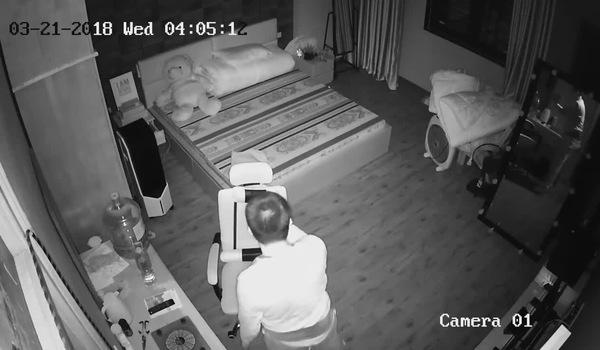 Tên trộm đột nhập được vào bên trong một căn phòng và dùng đèn pin lục đồ