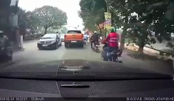 Clip người đàn ông giơ chân gạt ngã phụ nữ đi xe đạp gây phẫn nộ