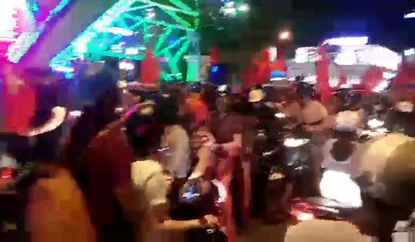 Clip người dân Sài Gòn xuống đường mừng chiến thắng U23 Việt Nam