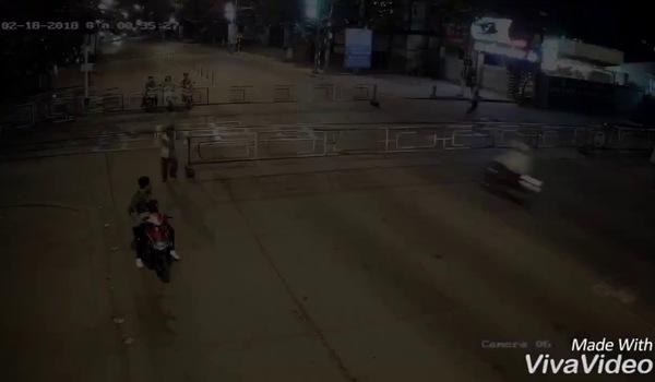 Clip nam thanh niên phóng như bay lao vào rào chắn xe lửa ở Biên Hòa và cái kết như phim