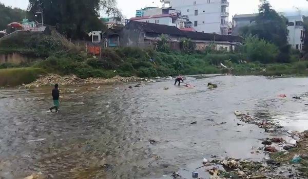 Tất cả rác thải sinh hoạt đều được tuồn xuống sông