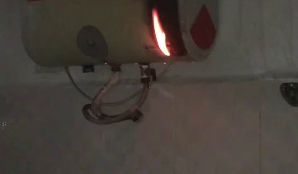 Hình ảnh bình nóng lạnh bốc cháy. Nguồn: Lê Quỳnh Mai