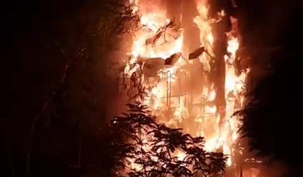 Clip: Ngọn lửa bao trùm lên toàn bộ ngôi nhf 5 tầng. Nguồn: Facebook