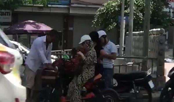 Clip: Người phụ nữ ngang nhiên móc túi giữa ban ngày. Nguồn: Facebook