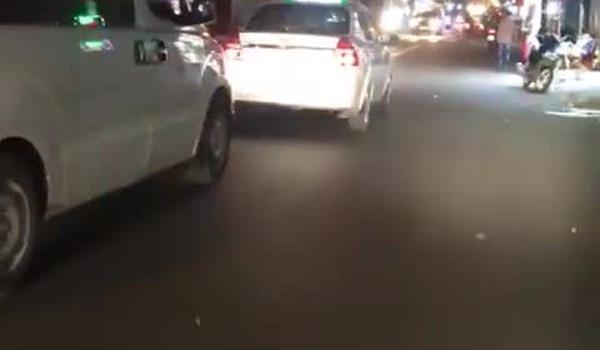 Clip: Xe cứu thương bất lực hú còi xin nhường đường, xe taxi vẫn ung dung ngáng đầu ở TP.HCM. Nguồn: Facebook