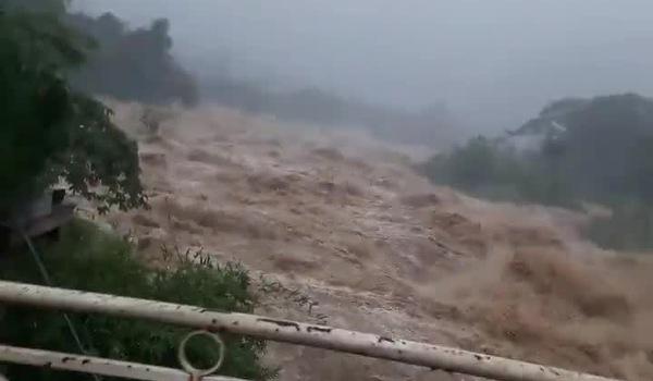 Dòng nước lũ cuồn cuộn chảy khiến người xem đứng tim. Nguồn Facebook