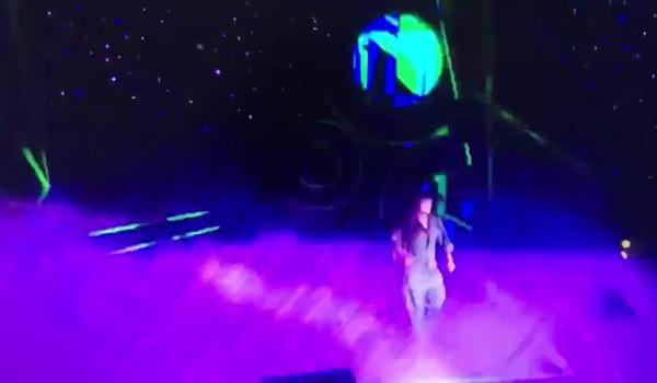 Đoan clip ghi lại cảnh Phương Thanh bi fan cuồng ném chai nước vào người khi đang biểu diễn.