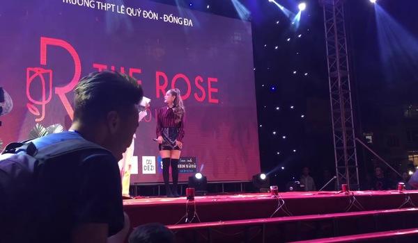 Chi Pu hát live vừa lạc giọng vừa phô tại sân khấu trường Lê Quý Đôn