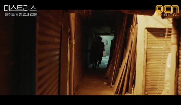 """Tập 8 """"Những cô nhân tình"""": Sang Hoon vừa kịp gửi bằng chứng cho Se Yeon thì bị Young Dae đánh bất tỉnh"""