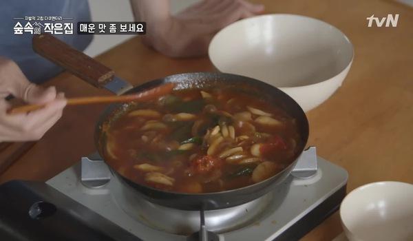 """Tập 8 """"Little house in the forest"""": So Ji Sub và Park Shin Hye toát mồ hôi vì món cay"""