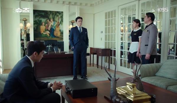 """""""Suits - Đấu trí"""" tập 1: Yeon Woo nhanh trí thoát khỏi cảnh sát trước sự chứng kiến của luật sư Choi Kang Seok"""