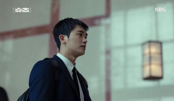 """""""Suits - Đấu trí"""" tập 1: Yeon Woo bị đuổi ngay ngày đầu đi làm"""