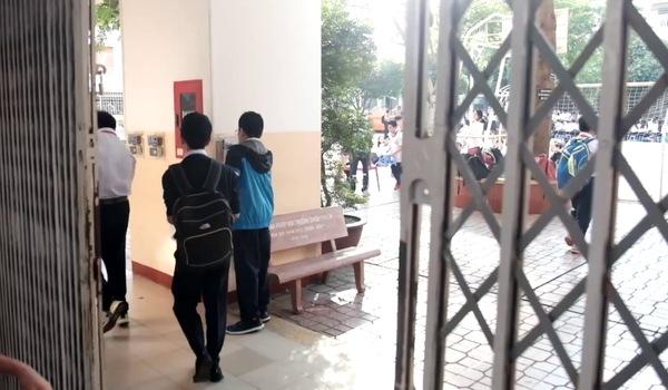 Học sinh trường THCS Trần Văn Ơn (TP.HCM) thích thú điểm danh bằng cách quẹt thẻ.
