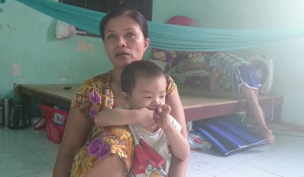 Người mẹ nuôi chăm sóc bé trai ung thư máu suốt 2 năm trời.