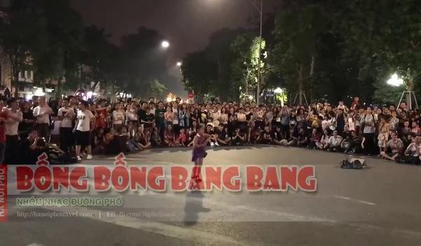 Bé gái làm náo loạn phố đi bộ Hà Nội với điệu nhảy trên nền nhạc Bống bống bang bang