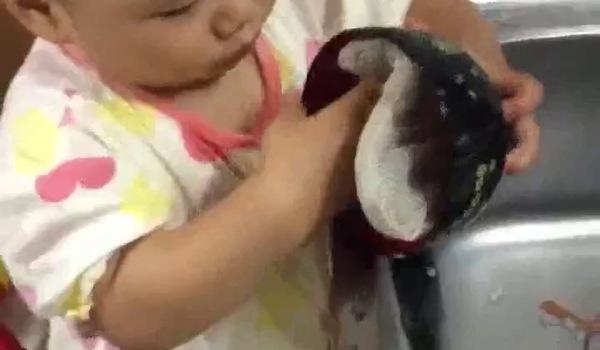 Bé gái 1 tuổi đã biết rửa bát
