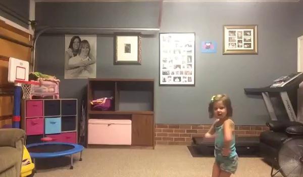 Bố và con gái nhảy shake it off