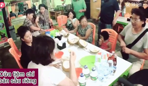 Tiểu Man ăn sầu riêng