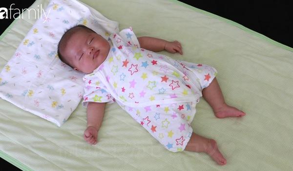 Mẹ Nhật đặt bé ngủ