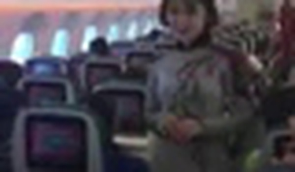 Tiếp viên Vietnam Airlines trình diễn áo dài trên chuyến bay hòa bình