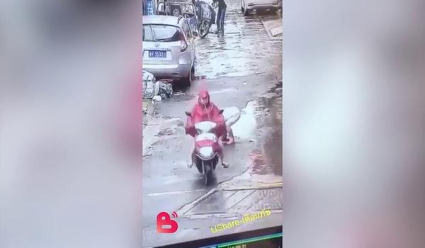 Xe máy chèn qua người đứa trẻ rồi thản nhiên bỏ đi