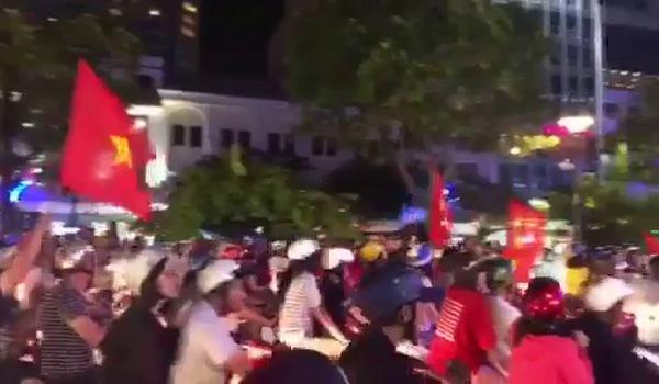 Cổ động viên tràn xuống đường ăn mừng chiến thắng ngoạn mục của đội tuyển U23