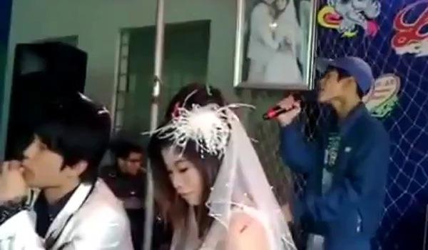 """Còn anh chàng này thì hát """"Cơn mưa ngang qua"""". Nhìn mặt cô dâu chú rể đi, không còn lời nào để nói nữa rồi."""