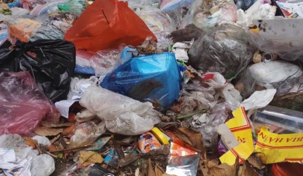 Video: Người dân thị xã Sơn Tây bức xúc vì rác thải bốc mùi hôi thối ngập phố phường