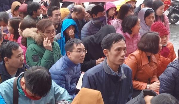 Video: Hàng trăm người ngồi vỉa hè dưới mưa phùn mua vàng