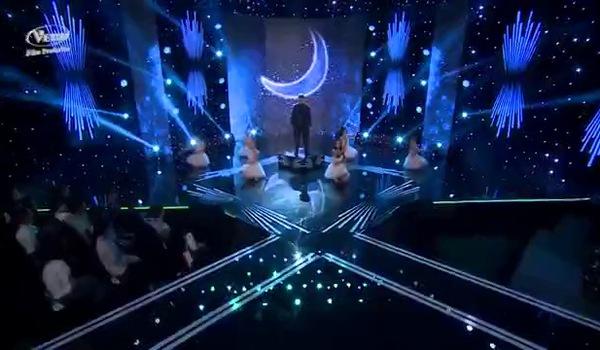 """Gala """"Trời sinh một cặp"""": Hùng Tiến thể hiện ca khúc """"Vầng trăng đêm trôi"""""""