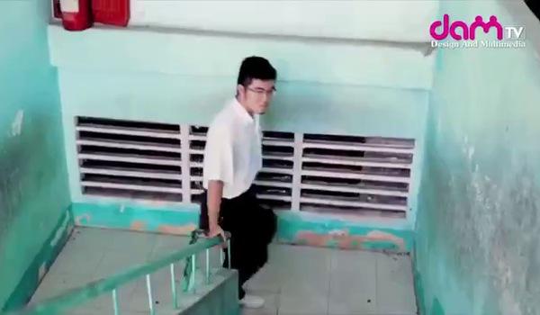"""Clip hài """"Kính vạn bông"""": Duy Khánh gây cười không ngớt với vai hotboy quét lá"""