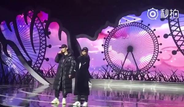 """Huỳnh Hiểu Minh - Angelababy tình tứ thể hiện ca khúc """"Tương lai còn dài"""""""