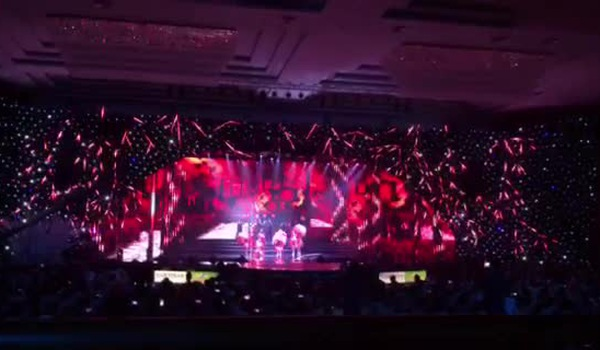 """Chi Pu hát """"Đóa hoa hồng"""" ở Chung khảo cuộc thi Hoa hậu Việt Nam 2018"""