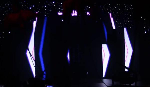 """Chi Pu hát """"Đóa hoa hồng"""" trong show diễn của Đỗ Long"""