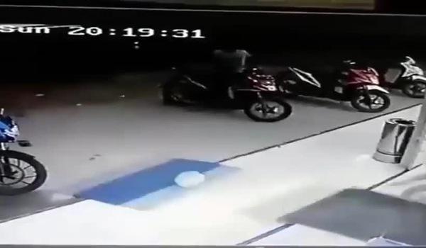 Em bé vặn ga khiến xe máy đâm vỡ cửa kính siêu thị