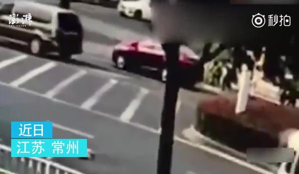 Clip ghi lại cảnh bé 10 tháng tuổi bị rơi ra khỏi xe ô tô