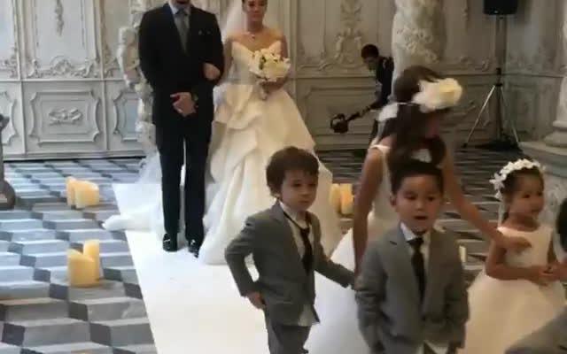 Clip: Nữ minh tinh Thái Janie Tienphosuwan bước lên lễ đường trong đám cưới với chồng trẻ kém 10 tuổi