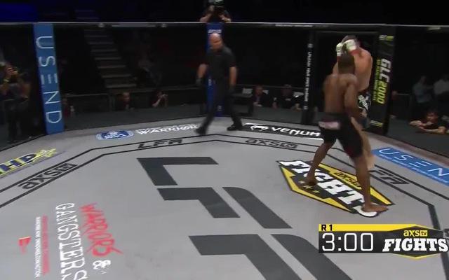 Võ sĩ bị knock-out sau khi ăn một đấm của đối thủ