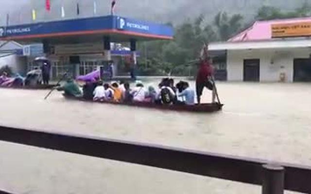 Clip: Nước ngập ngang nhà ở Hòa Bình, người dân mặc áo mưa, chèo thuyền bè đi lại trên đường phố